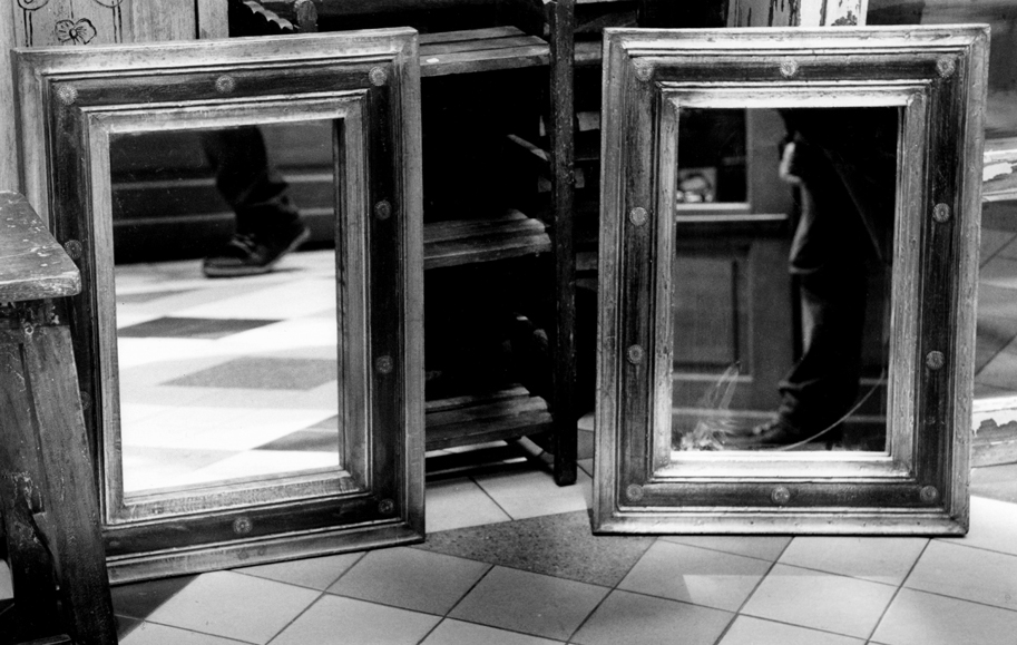 Two mirrors, two feet, Passage du Grand Cerf